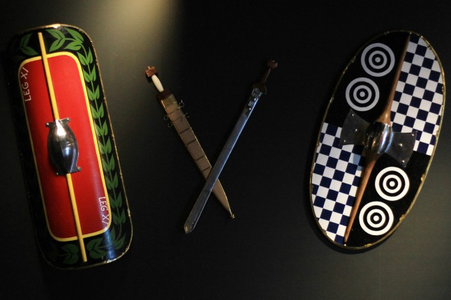 Archeologisch museum Velzeke - binnen - collectie - 004 schilden en zwaarden 1