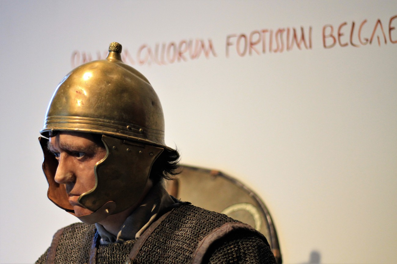 Archeologisch museum Velzeke - binnen - collectie - 005 gallische oorlog legionair - text Belgae fortissimi