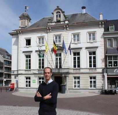 Burgemeester aan stadhuis
