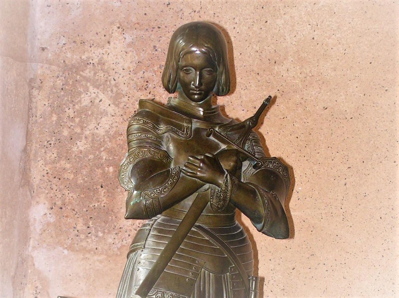 jeanne d'arc geboortehuis 3 standbeeldje cut.jpg